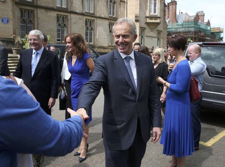 Tony Blair estrecha la mano de un ciudadano durante un evento en la Universidad del Ulster en Londonderry, Irlanda del Norte, el 9 de junio (Reuters)