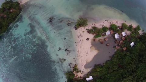 Desaparecen islas del Pacífico:. La imagen aérea muestra la isla de Nua Tambu partida en dos por las aguas. SIMON ALBERT / EL PAÍS VÍDEO
