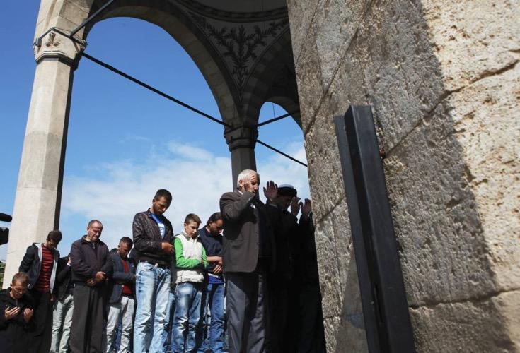 Unos kosovares rezan, a finales de septiembre, en una mezquita de Pristina. Hazir Reka/REUTERS