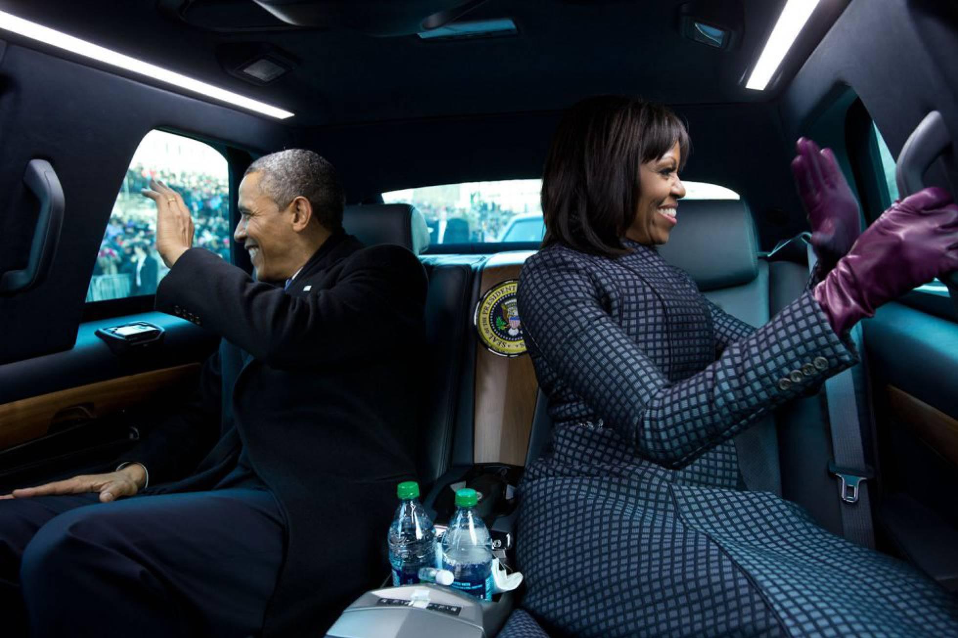 Michelle y Barack Obama en la limusina presidencial durante el desfile inaugural de 2013. PETE SOUZA WHITE HOUSE