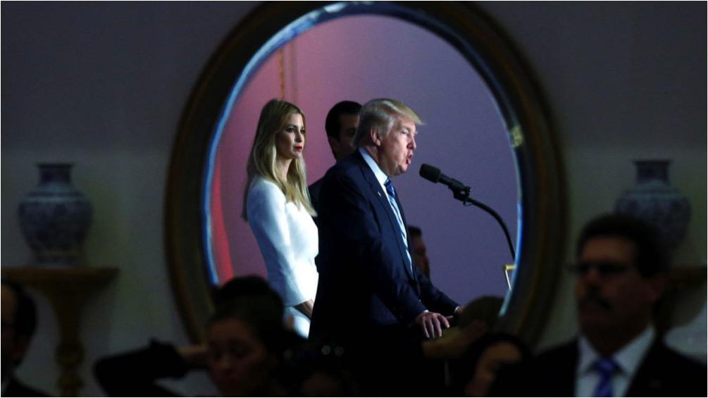 Donald Trump y su hija Ivanka Trump se reflejan en un espejo en un evento de campaña en Washington. (Reuters)