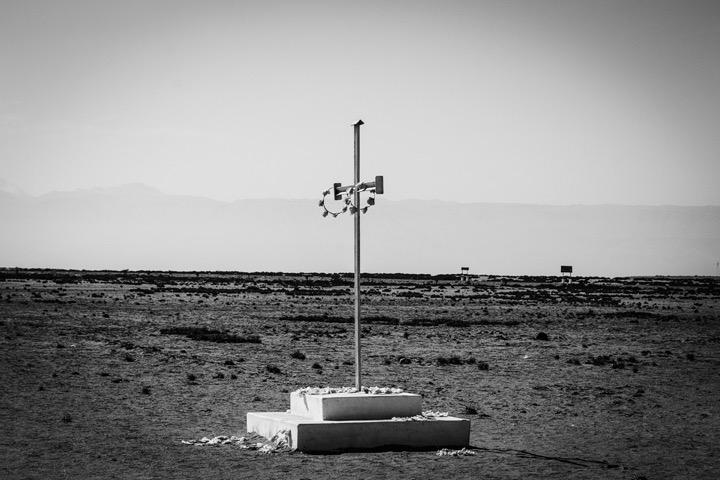 En el desierto peruano, una cruz solitaria recuerda a los muertos bolivianos y peruanos en Campo de la Alianza