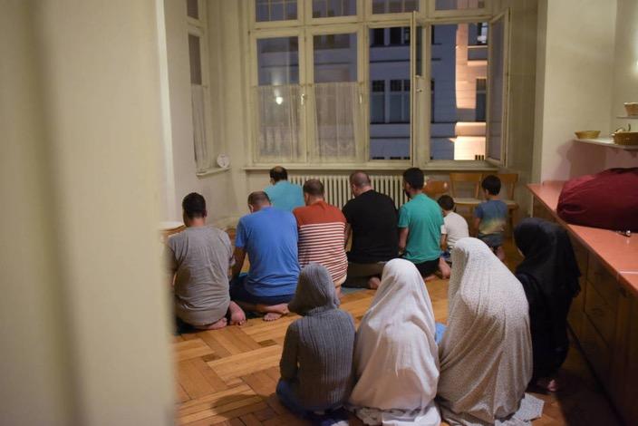 Migrantes y refugiados en un antiguo hotel de Berlín reconvertido en centro de estancia temporal (Reuters).