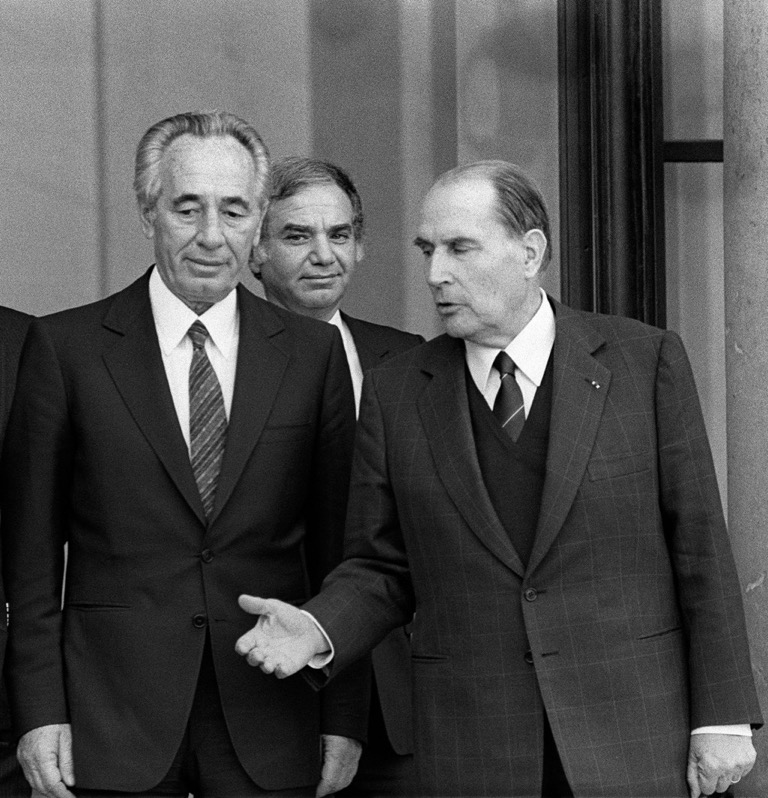Israeli Prime Minister Shimon Peres (at left), Israeli ambassador to France Ovadia Sofer (center) and French President Francois Mitterrand in Paris in 1985. (Patrick Kovarik/AFP/Getty Images)