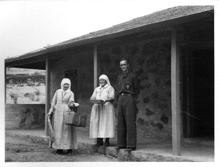 Figura 2. Monjas y enfermero en leprosario. Colección Felbermayer, Museo Fonck.