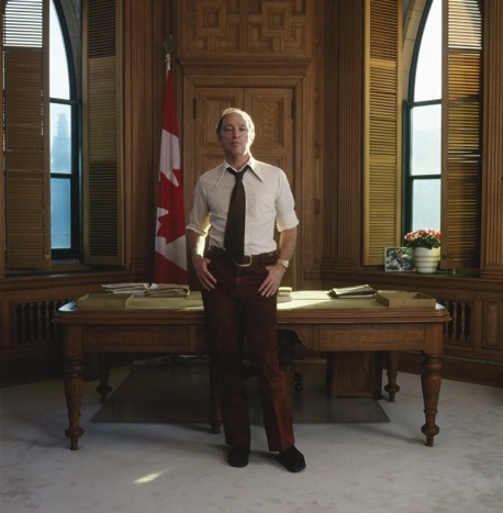 Justin Trudeau, en su despacho de primer ministro, el mismo que ocupó su padre, el carismático Pierre Trudeau (en la segunda imagen), en 1973.