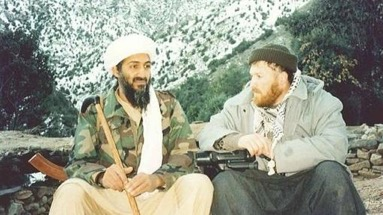 Osama Bin Laden, sentado junto a Setmarian, en una foto de archivo- ABCPero hace unos meses Daesh llamó apóstata a Setmarian en su revista Dabiq.