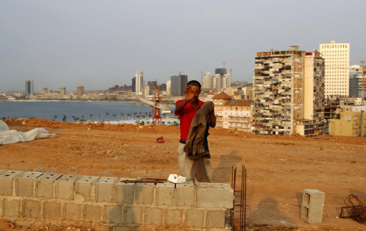 Un obrero de la construcción chino fotografiado en Luanda, capital de Angola, en 2012 (Reuters).