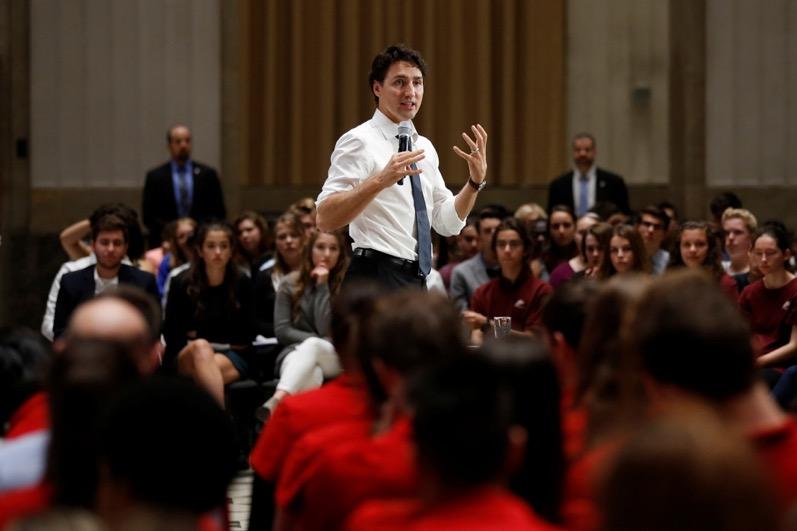 Trudeau pronuncia un discurso en el Ayuntamiento de Ottawa ante un grupo de escolares. CHRIS WATTIE