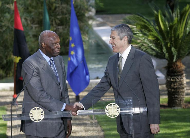 El presidente angoleño junto al ex primer ministro portugués, José Sócrates, en Lisboa (Reuters).