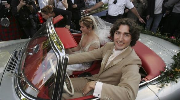 El día de su boda con Sophie Grégoire, en 2005. En 2012, Trudeau besa a su esposa tras un combate de boxeo benéfico.